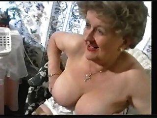 통통한 늙은 할머니가 스타킹을 괴롭 히다.