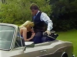 차에 큰 가슴을 치는 금발의 유부녀