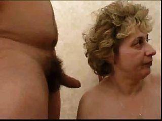 러시아의 할머니와 소년. .. 만드는 것.