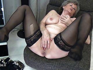 거유 한 할머니 혼자 자위하다.