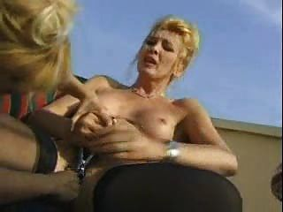 미친 성숙한 여자는 포르노 전에 우유와 관장기로 노는다.