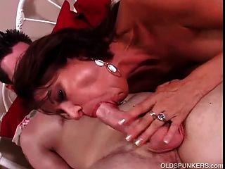 매우 섹시한 milf 바네사 비이 델은 섹스를 사랑한다.