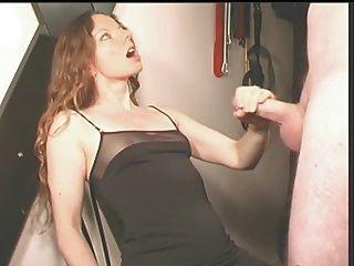 그녀는 그를 그녀의 드레스에 질내 사정하게 만든다.