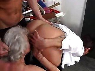 할머니는 어린 소년들과 함께하는 것을 좋아합니다.