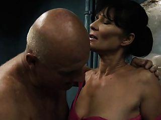 늙은이는 사춘기 소녀와 성숙한 여자를 망 쳤어.
