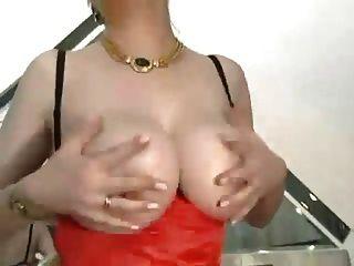 스타킹에 큰 가슴을 가진 털이 많은 할머니.