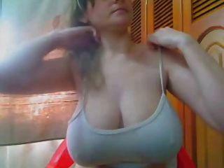 짧지 만 달콤한, 아마추어는 그녀의 젖가슴과 큰 젖꼭지를 번쩍 내민다.