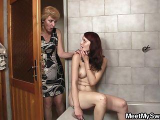 그의 엄마는 그녀의 성기를 핥고 아빠는 그녀를 강타합니다.