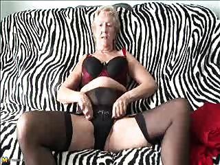오래 된 섹시 70y.o, 할머니는 재생하는 것을 사랑한다.