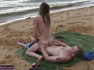 마른 아마추어 여자는 해변에서 잤어.