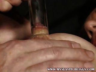 그녀의 둥근 고양이 스타킹에 엿 같은 펌핑 피어싱 된 milf