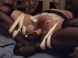 주부는 진동기로 정액에 묶여있다.