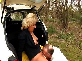 택시 운전사가 그녀의 고객을 망 쳤어.