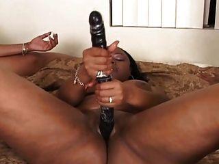 침대 레즈비언 장면에 3 흑인 레즈비언