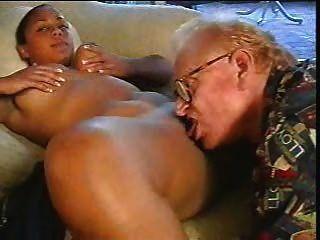 늙은이는 갈색 소녀를 망 쳤어.