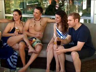 새로운 젊은 부부는 처음으로 스윙 어당에 간다.