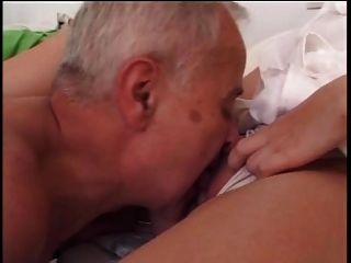 나이 든 남자가 젊은 간호사와 사귄다.