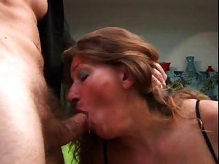 성숙한 그녀의 엉덩이가 그녀의 가슴에 망할 정액