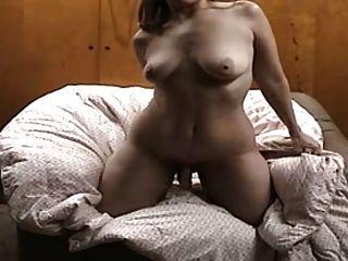 그녀의 남편을 위해 비디오를하고있는 주부