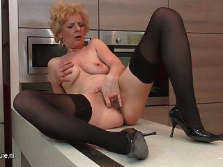 추악한 성숙한 매춘부는 그녀의 부엌에서 자위하는 것을 좋아합니다.