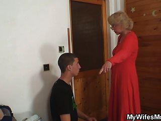 아내는 법에 그녀의 남자 빌어 먹을 어머니를 찾습니다.