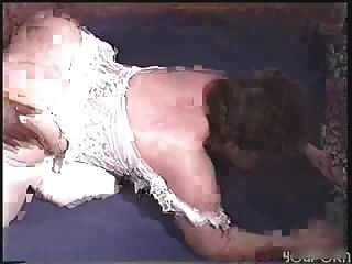 큰 엉덩이의 아가씨는 두 개의 검은 색 자지가 걸립니다.