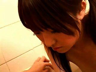 일본의 임신 한 엄마 목욕