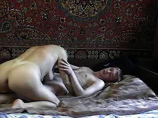 젊은 남자와 뜨거운 러시아 아줌마