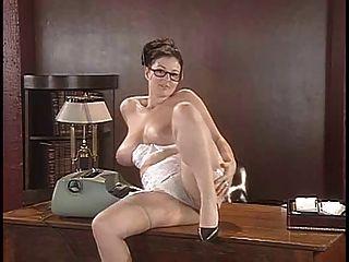 로나 모건은 책상에 그녀의 란제리와 포즈를 벗긴다.