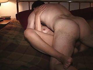 침실에있는 친구와 아내