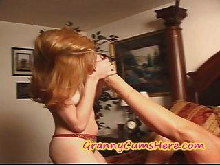 할머니는 젊은 섹시한 여자를 먹는다.