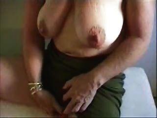 그녀의 큰 음핵을 쓰다듬는 뜨거운 할머니