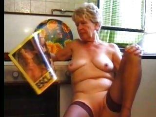 부엌에서 스타킹 할머니가 놀다.