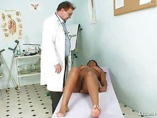백인 늙은 의사에 의해 흑인 통통한 마누엘라 gyno 시험