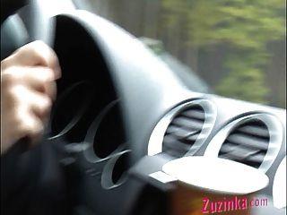 이걸 시도하지 마라. 운전 중에 오르가즘을.