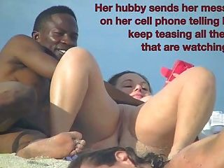 노출 주의자 아내 베티가 누드 해변에서 검은 수탉을 빨아 먹는다.