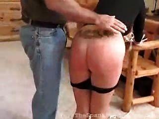 금발의 녀석은 그녀의 불순종에 대해 때리기를받습니다.