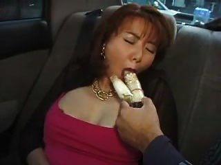 아름다움 털이 아시아 milf 자동차에 진동기에 관통