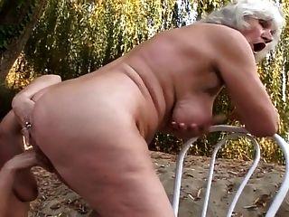 레즈비언 할머니 야외에서 빌어 먹을