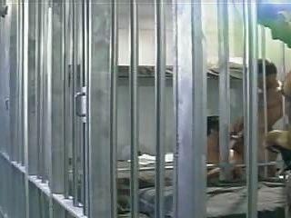 투옥 된 남자는 감옥에 수감 된 두 명의 죄수들에 의해 망하게된다.