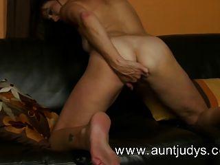 섹시한 여자 mimi 무어 손가락 그녀의 음부 섹스