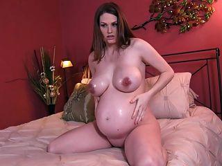 임신 한 큰 가슴과 기름 조이