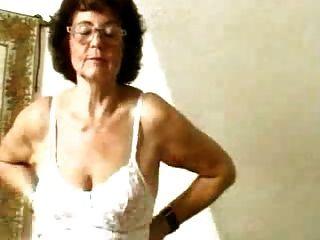 그녀의 늙은 음부를 dildoing 스타킹에 할머니