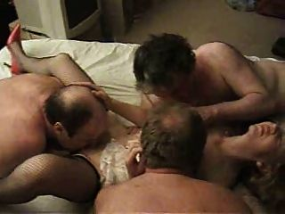 Gangbang c3p0 즐기는 섹시한 영국의 milf