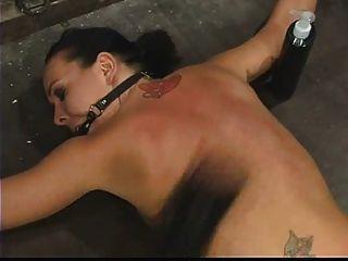 줄리의 밤은 얼굴을 묶어 처벌했다.