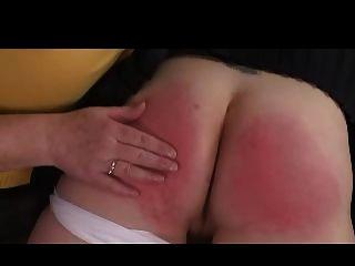 그녀의 무릎 위에 domme 할머니가 여자를 때려 눕힌다.