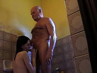 아주 오래 된 할아버지 mireck와 어린 소녀