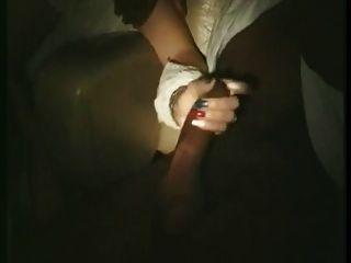 프랑스 아내가 포르노 영화 (80 년대)에 손을 대고 핥았 다.