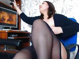 통통한 갈색 머리 소녀는 포르노에 자위