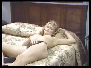 니나 하틀리와 알렉스 그레코 레즈비언 장면